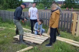 Школьная трудовая бригада ремонтирует забор на приусадебном участке Бабушкинской школы.
