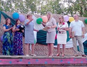 Руководитель администрации района Татьяна Жирохова вручает Почетную грамоту главе поселения Валентине Ловыгиной.