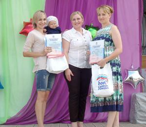 Секретарь местного отделения партии «Единая Россия» Татьяна Жирохова (в центре) вручила памятные подарки Анне Кусковой (справа) и Алёне Перцевой (слева).