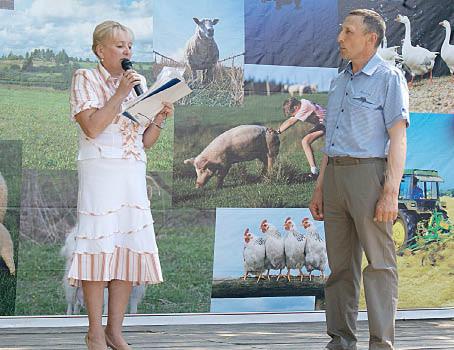 Глава поселения Ольга Федотовская вручает Николаю Кузнецову Благодарственное письмо главы района.