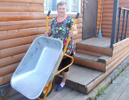 В хозяйстве Галины Сидоровой появилась новая строительная тачка.