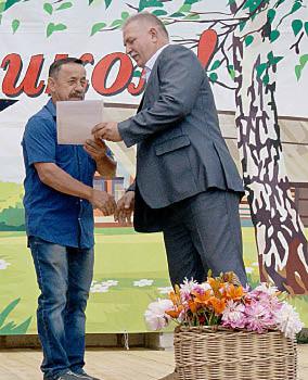 Павел Скобин вручает Благодарственное письмо Павлу Бахареву.