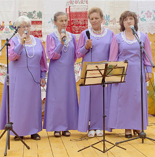 Выступает коллектив «Берёзка» Тимановского поселения.
