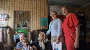 Анна Николаевна Завьялова (в центре), ее дочь Анна с внучкой Александрой (слева), Татьяна Жирохова и Анна Кускова (справа).