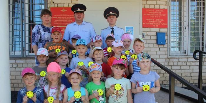 В гостях у сотрудников полиции ребята из детского лагеря «Солнышко».