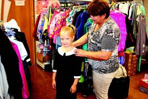 Второклассница Алина Бахарева и ее бабушка Ольга Игоревна уже сделали свой выбор: школьная форма куплена!