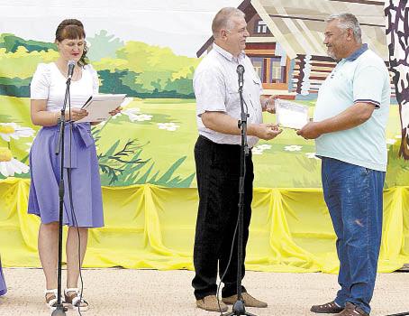 Глава поселения Павел Скобин вручает Благодарственное письмо Сергею Сапогину.