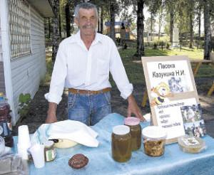 Победитель районного конкурса пчеловодческого мастерства Николай Казунин привез на ярмарку мед со своей пасеки.