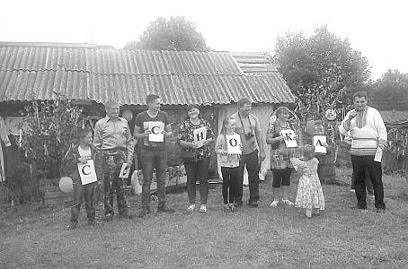 Школьники и их родители составили из букв название родной деревни.
