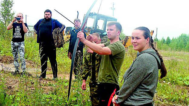 Дебютанты соревнований команда «Одуванчики» на этапе «Стрельба из лука».