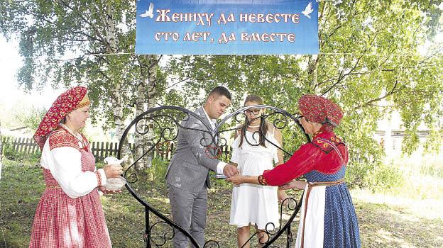 В День села у музея состоялось открытие арт-объекта «Жениху да невесте 100 лет, да вместе».