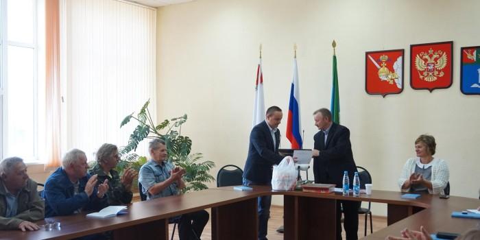 Слова поздравления - от исполняющего обязанности руководителя администрации района Николая Холмогорова (слева).
