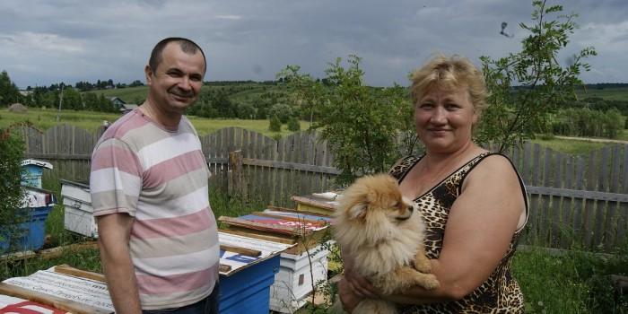 Супруги Бутусовы возле своей пасеки