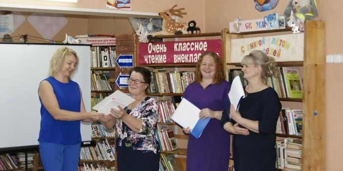 Нина Григорьевна Шестакова награждена дипломом участника конкурса и подарком за краеведческий очерк «Поклон деревне Княжево».