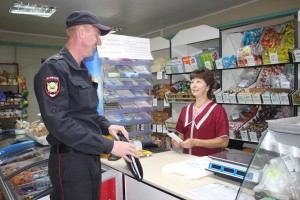 Алексей Макаров вручил памятки продавцу магазина «Алекса» с. Миньково Надежде Казуниной.