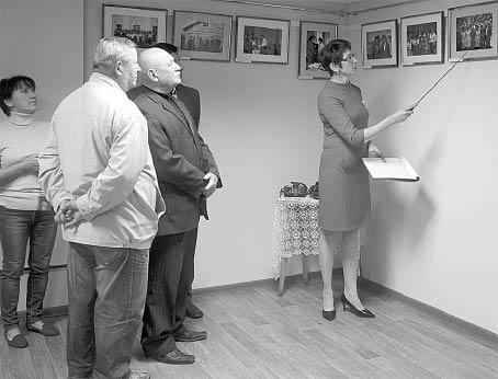 Директор Бабушкинского районного исторического музея Елена Сысоева знакомит посетителей выставки с историей ВЛКСМ района, запечатленной на старых фотографиях.
