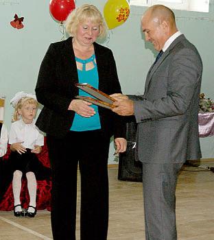 Александр Колычев вручает Татьяне Шушковой Почетную грамоту Департамента образования Вологодской области.