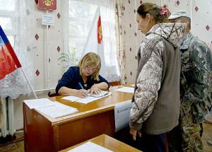 Алена Казунина (справа) голосовала впервые в жизни. Председатель УИК Светлана Брюханова (слева) ручила ей памятные подарки по случаю этого события.