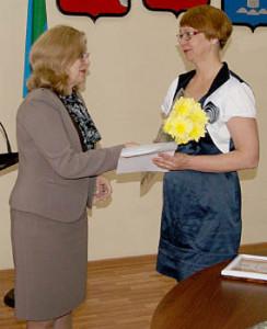 Принимает поздравления бухгалтер СППК «Родник» Елена Власова (справа).