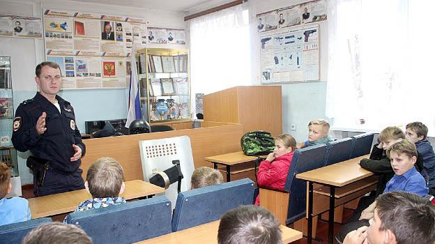 Дмитрий Дворецкий знакомит ребят с особенностями работы полицейского.