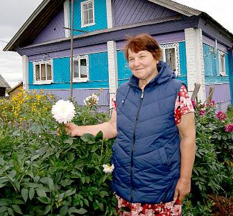 Нина Казунина: «Цветы люблю, сажаю везде их, нравится, когда дом утопает в цветах».
