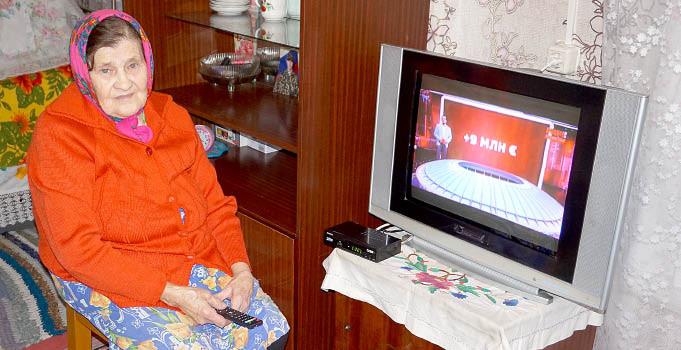 Юлия Романовна Селянина получила подарок в виде цифрового ТВ-приемника с пакетом из 10 бесплатных каналов.