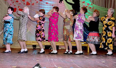 Коллектив «Виктория» порадовал зрителей зажигательным танцем.