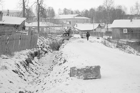 Прокладка водоотводной канавы по улице Школьная в райцентре.