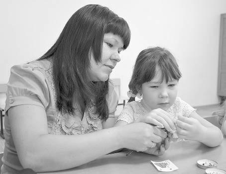 На занятии по бисероплетению было очень интересно и мамам, и детишкам. На фото Ирина Казиева и её дочь Элина.