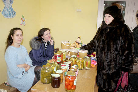 Работники РДК Ирина Ордина (слева) и Юлия Ерегина (в центре) торговали продукцией, принесенной земляками.