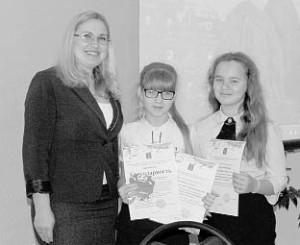 Глава района Татьяна Жирохова вручила сертификаты юным друзьям природы Елене Бачериковой и Анастасии Шеркуновой.