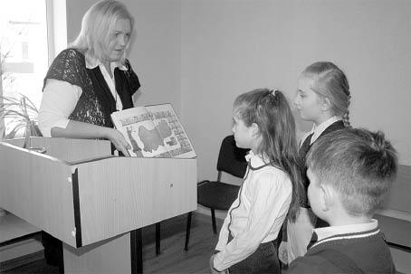 Ирина Власова и участники кружка «ЮИД».