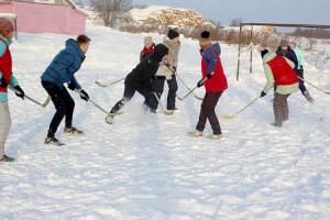 «По локоть в меле» и команда детского сада «Березка» играют в хоккей с мячом.