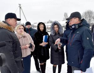 Сергей Фокичев, начальник Департамента физической культуры и спорта области (справа), предложил дополнить проектно-сметную документацию на ремонт стадиона и внести в неё установку дренажа.