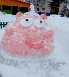 Нюша из снега радует воспитанников детского сада.
