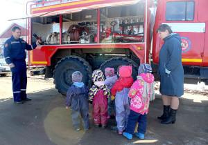 Начальник пожарной части Валентин Литомин рассказывает воспитанникам детского сада об устройстве пожарного автомобиля.