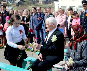 Школьники вручили цветы ветеранам.