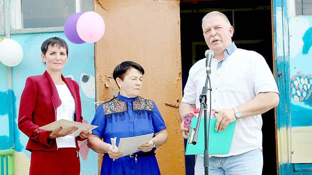 Павел Скобин вручил почетные грамоты старостам поселка Анне Шиловой (в центре) и Наталье Дерягиной (слева).