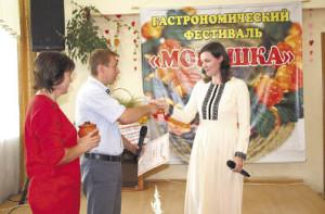 Юлия Ерегина (справа) во время награждения победителя песенных перепевов.