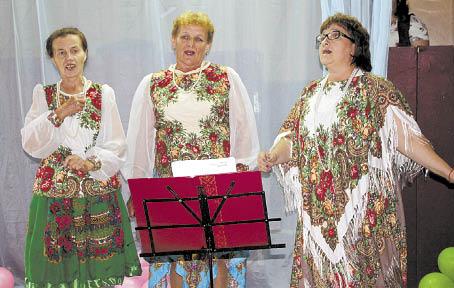 Выступает коллектив «Березки»; д. Тиманова Гора.