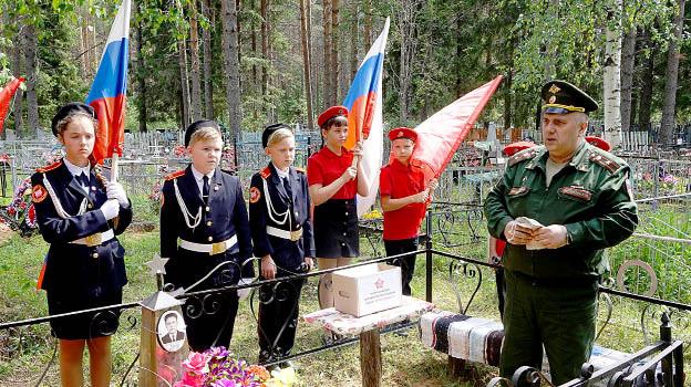 Торжественный митинг у могилы героя Великой Отечественной войны Ивана Евстафьевича Харина.