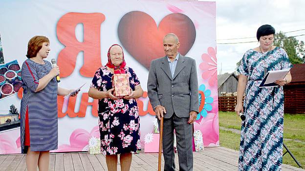Поздравления от начальника Бабушкинского территориального сектора ЗАГС Елены Князевой (слева) с 60-летием совместной жизни принимают супруги Нина и Владимир Харины.