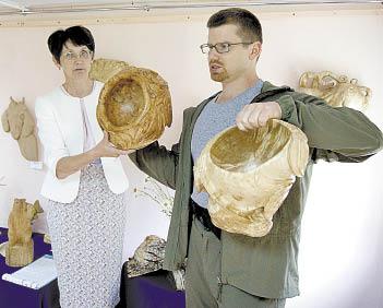 Андрей Шавард показывает свои работы.