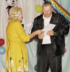 Глава поселения Ольга Федотовская вручила землякам грамоты и благодарности.