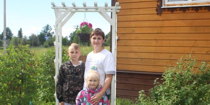 Анна с детьми у перголы, сделанной своими руками.