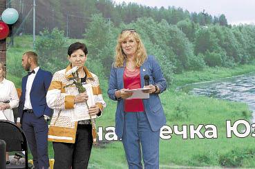 Нина Казунина (слева) и Екатерина Метеньканич во время торжественного вручения Почетной грамоты главы района.