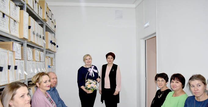 Глава района Татьяна Жирохова (слева в центре) отметила большой вклад в проведение ремонта сотрудников районного архива.