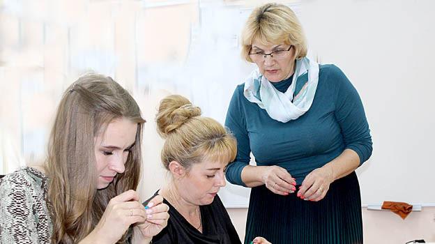 Педагог дополнительного образования Тарногского ДДТ Татьяна Белозерова проводит для коллег мастер-класс «Пышный бант» в технике канзаши.