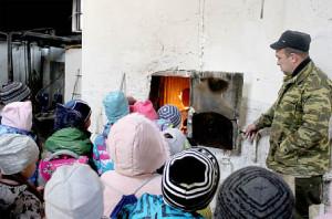 Александр Дерягин рассказывает первоклассникам о работе кочегарки.
