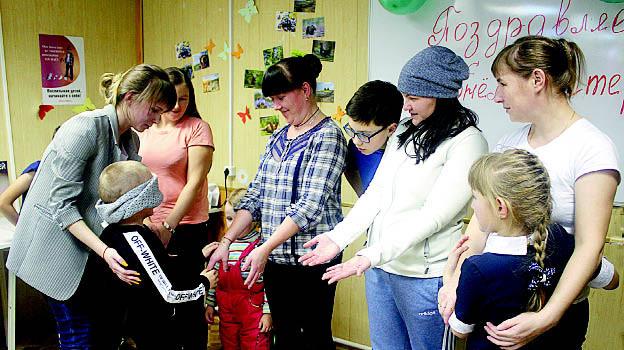 Конкурс «Мамины руки». Детям, у которых были завязаны глаза, предлагалось по рукам узнать свою маму. Ребята с задачей справились!